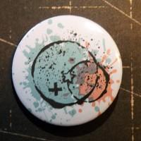 BADGE 3.8 cm - GRUNGE CERCLE CROIX par Lily Fairy